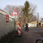Baustellencontainer bis an die Fahrbahnkante versperrt die Sicht