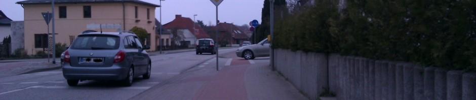 Sehr schmaler Radweg bergab mit unübersichtlicher Kreuzung