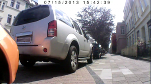 Quer über den Radweg geparkt