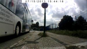 Zwischen Bus und Laternenmast ist der benutzungspflichtige Radweg. So sieht ein sicherer Radweg aus, jedenfalls nach Ansicht der Wismarer Ordnungsbehörde